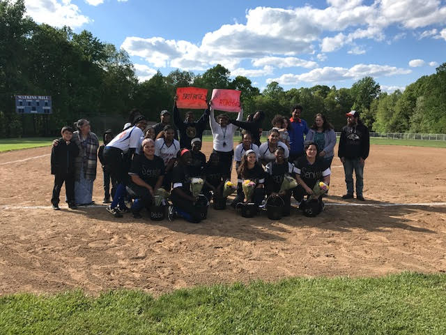 Softball+seniors+pose+with+the+team+and+family+and+friends