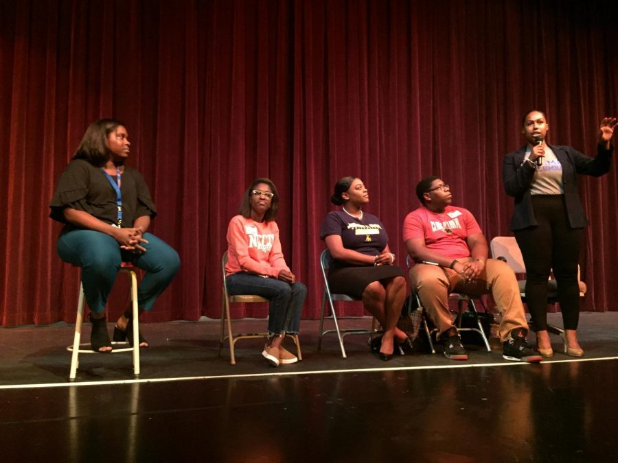 Spelman+alumna+Neah+Evering+introduces+her+almua+mater+to+students+