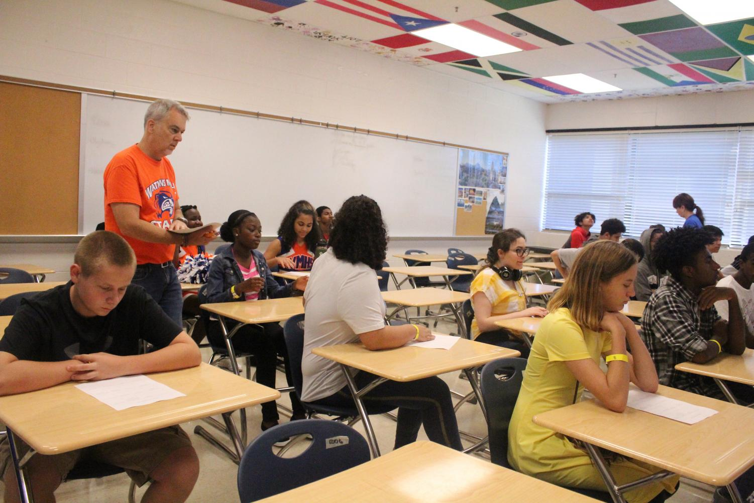 New+students+listen+to+the+foreign+language+teachers+during+orientation.