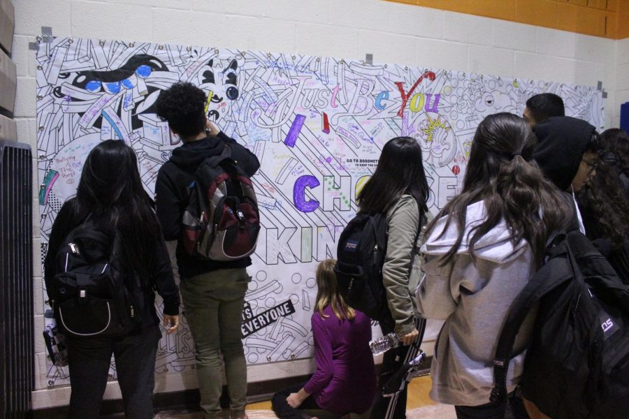 Students+decorate+the+%27Choose+Kindness%27+banner+at+the+High+School+Nation+Lunch+Tour+event.